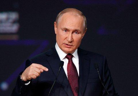 President Vladimir Putin på konferansen i St. Petersburg der han fredag oppfordret europeiske land til å betale for russisk gass med euro. Foto: Sergej Bobylev / Tass / Pool / AP / NTB