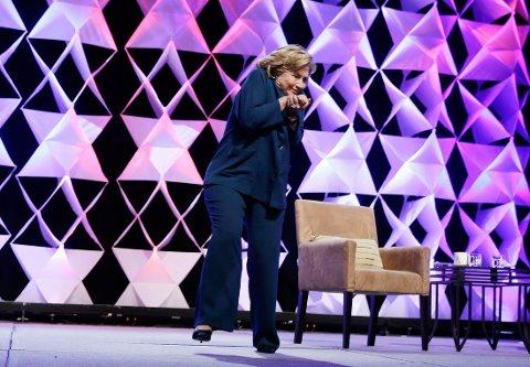 DUKKET: Her dukker Hillary Clinton og unngår så vidt å bli truffet av en sko. Hendelsen skjedde på en gjenvinningskonferansee i Las Vegas torsdag 10. april.