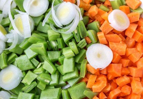 FIBERRIKE GRØNNSAKER: Løk, erter og gulrot er en god kilde til kostfiber.