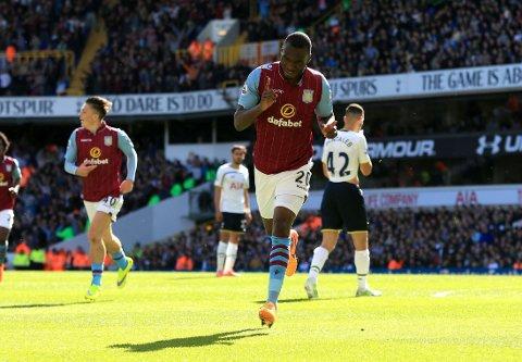 HODESTØT: Christian Benteke jubler etter å ha satt inn 1-0 for Aston Villa mot Tottenham med hodet.