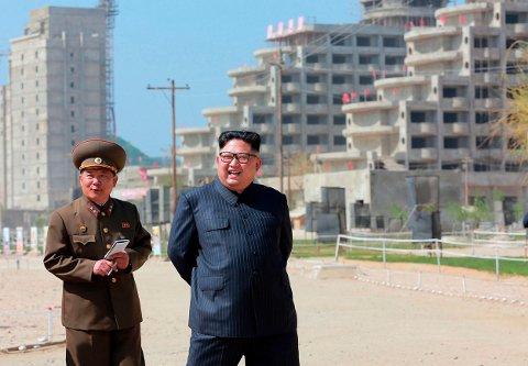 Nord-Korea hadde den dårligste innhøstingen på over ti år i 2018, ifølge FN. Illustrasjonsfoto: Nord-Koreas leder Kim Jong-un (til høyre).