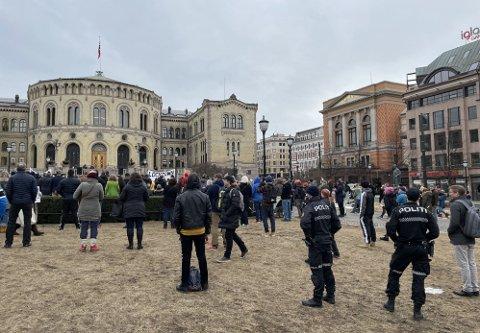DEMONSTRASJON: Flere har møtt opp til demonstrasjon utenfor Stortinget.