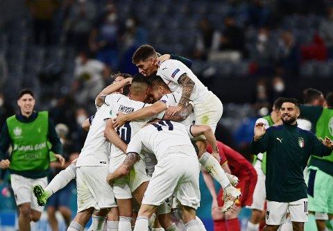 Italia-spillerne jubler etter at EM-semifinalen ble sikret med seier over Belgia fredag kveld. Foto: Philipp Guelland / AP / NTB