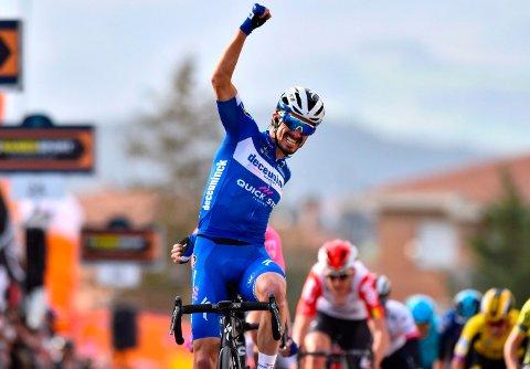 Julian Alaphilippe kunne juble for seier i Italia lørdag. Foto: Dario Belingheri / AP / NTB scanpix