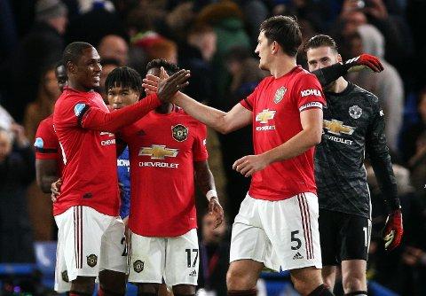 Odion Ighalo (t.v.) jubler sammen med Harry Maguire etter seieren mot Chelsea på Stamford Bridge. Nigerianeren, som kom til Old Trafford i januar, er aktuell fra start i torsdagens Europa League-kamp.