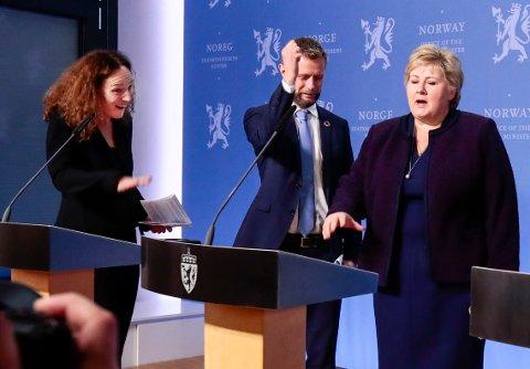GAMMEL VANE VOND Å VENDE: Helseminister Bent Høie avverger håndhilsing mellom statsminister Erna Solberg (H) og FHI-direktør Camilla Stoltenberg (tv) på pressekonferansen der de orienterte om nye tiltak for å bekjempe koronaviruset.