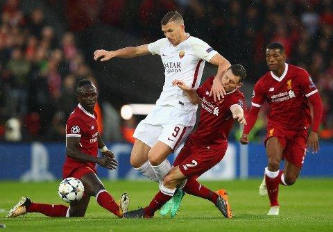 SIER FRA SEG LØNN: Roma-kaptein Edin Dzeko, her i duell med Liverpools James Milner i Champions League-semifinalen på Anfield i 2018, sier fra seg lønnen de neste fire månedene.