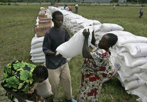 Hjelpearbeidere fra en rekke organisasjoner, som har deltatt i arbeidet med å bekjempe det siste ebolautbruddet i Kongo, anklages for seksuelle overgrep mot kvinner i området. FN og hjelpeorganisasjonene etterforsker nå anklagene. Dette bildet er fra utdeling av nødhjelp øst i Kongo i 2008.