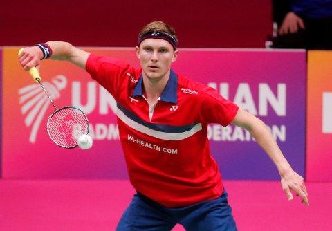 Viktor Axelsen skulle spille om EM-tittelen i badminton søndag. I stedet må han holde seg isolert på hotellrommet i Kiev i 13 dager etter å ha testet positivt på koronaviruset. Foto: Efrem Lukatsky, AP / NTB