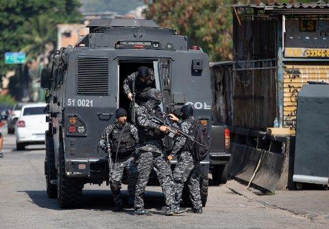 Væpnede politifolk på vei ut av et pansret kjøretøy i favelaen Jacarezinho i Rio de Janeiro torsdag. Foto: Silvia Izquierdo / AP / NTB