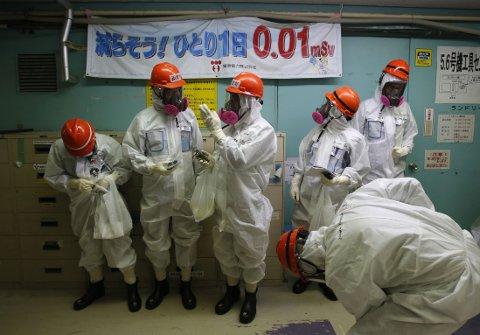 STRÅLING: Tepco-ansatte på Fukushima-anlegget iført drakter som skal beskytte dem mot radioaktiv stråling.
