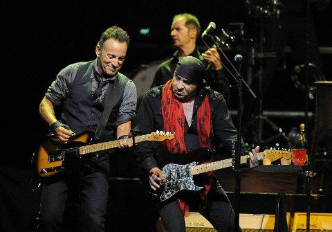 PÅ SCENEN: Steven Van Zandt og Bruce Springsteen har spilt sammen i bandet «The E Street Band» og nå blir de også å se sammen i TV-serien «Lilyhammer».