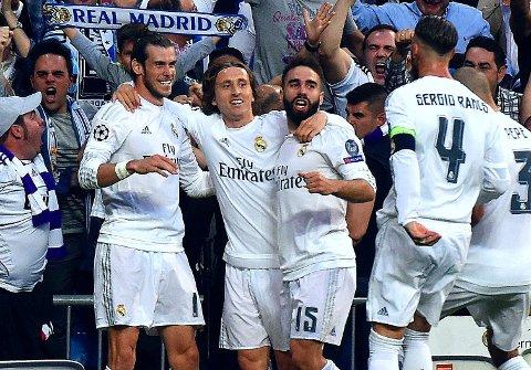 FIRE ÅR: Midtbanespiller Luka Modric ( nummer to fra venstre) og Real Madrid er bundet til hverandre i fire år til.