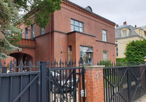 HERSKAPELIG: Mona Høiness håper å få hele 125 millioner kroner for kjempevillaen i Eckersbergs gate 47 på Frogner.