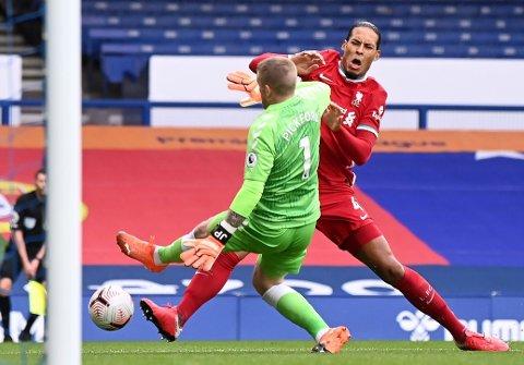 OPPSTYR ETTER TAKLING: Jordan Pickford gikk hardt inn mot Virgil van Dijk i Merseyside-derbyet.