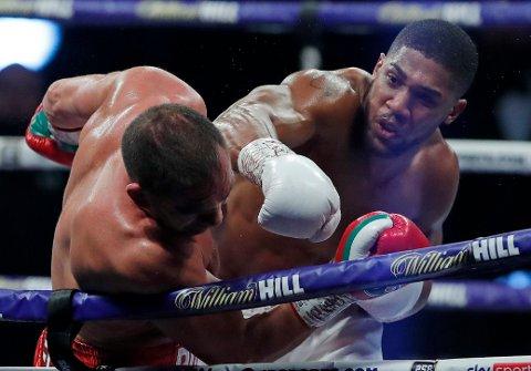Anthony Joshua (t.h.) vant bokseduellen med Kubrat Pulev. Foto: Andrew Couldridge / AP / NTB