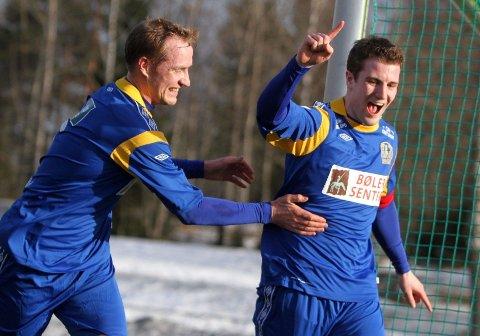Marius Lie Bratland (høyre) jubler etter å ha gitt Bøler ledelsen 1-0, og her gratuleres han av Torgeir Drevvatne.