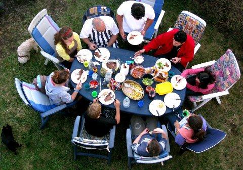 SKATTEPLIKTIG: Det virker kanskje jovialt, miljøvennlig og uskyldig å låne bort bilen sin for noen hundrelapper per døgn, la noen bo på gjesterommet om sommeren eller å arrangere middagsselskap for fremmede der de betaler for mat og bevertning. Men tross alle gode intensjoner så koker det ned til at all inntekt i utgangspunktet er skattepliktig når man tjener penger.