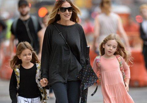 VOKSER TIL: Sarah Jessica Parker og tvillingdøtrene Tabitha Broderick og Marion Broderick.