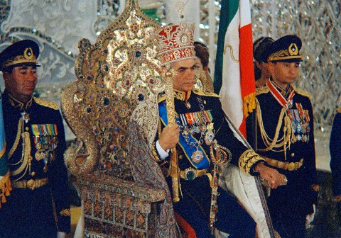 Sjah Muhammed Reza Pahlavi sitter på påfugltronen sin i 1967. I 1979 gikk han av i forbindelse med revolusjonen i Iran.