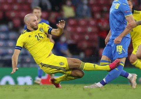 BLE UTVIST: Sveriges Marcus Danielson gikk hardt inn mot Ukrainas Artem Bjesiedini.