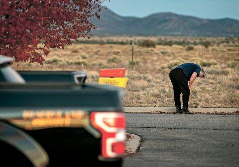 Alec Baldwin gråt på parkeringsplassen utenfor sheriffkontoret i Santa Fe etter at han var blitt avhørt torsdag. Foto: Jim Weber / Santa Fe New Mexican via AP / NTB