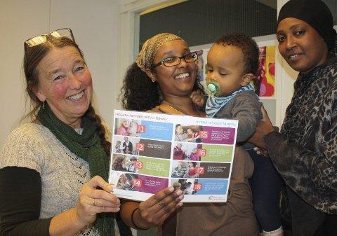 GODE RÅD: Amina Nur med sønnen Isaq skryter av foreldregruppene som Ann Christin Larsen og Halimo Mohammed i ICDP-teamet ved bydel Søndre Nordstrands familiesenter tilbyr. Foto: Aina Moberg