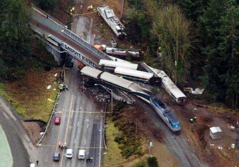 VOGNER fra et Amtrak-tog som sporet av endte opp på motorveien i delstaten Washington.