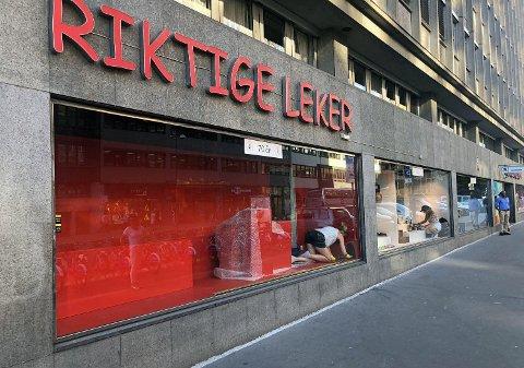 SPRELL ETTER 72 ÅR: Rett før sommeren kastet tradisjonsrike Riktige Leker inn håndkleet som selvstendig butikk, og blir en del av Sprell-kjeden. Over natten forsvant parkeringen foran butikken.