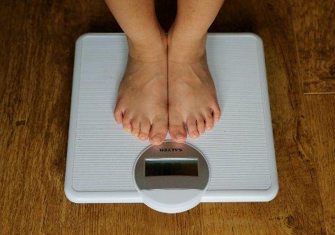 DYRT FOR SAMFUNNET: Ifølge enkelte anslag koster fedmeproblemer det danske samfunnet 15 milliarder kroner i året. Nå mener en dansk politiker å ha funnet løsningen. Illustrasjonsbilde.