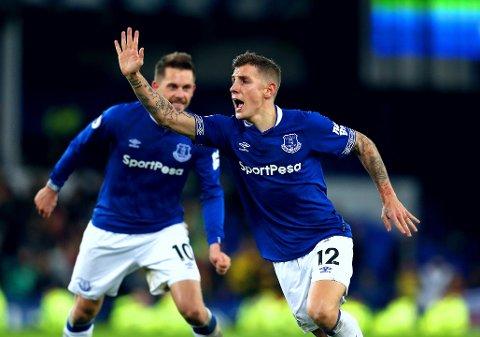 STILTE INN SIKTET: Lucas Digne fant fram konfekten da frustrerte Everton-fans og medspillere trodde det gikk mot et forsmedelig nederlag.
