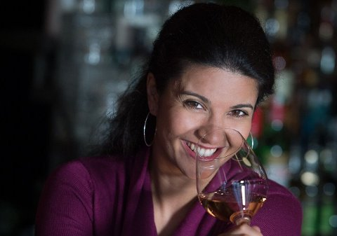 DIGGER ENDRINGEN: - Nordmenn har fått øyenene opp for tørrere og mer interessante viner. Det er en gledelig trend, sier sommelier og vinskribent Liora Levi. FOTO: Torbjørn Tandberg