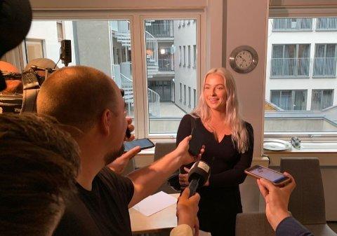 Sofie Bakkemyr snakker med pressen etter behandlingen i Pressens faglige utvalg (PFU)