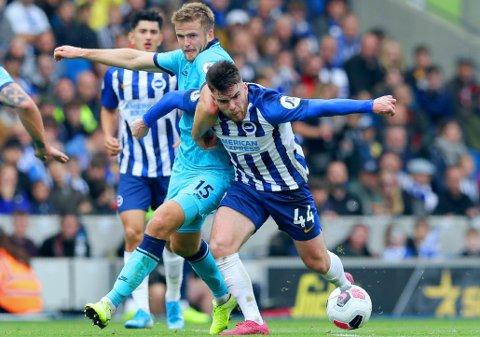 PÅ ETTERSKUDD: Eric Dier (nummer 15) og Tottenham har altfor ofte vært et steg bak mostanderne sine i det siste. Her er Dier avbildet i duell mot Brightons Aaron Conolly i helgas Premier League-runde.