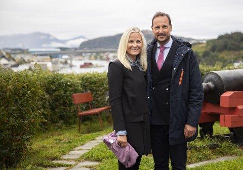 Kronprins Haakon og kronprinsesse Mette-Marit under kronprinsparets besøk i Kristiansund tidligere denne uka. Nå forteller kronprinsen om hvordan han opplevde hjemmetilværelsen under koronatiltakene i våres.