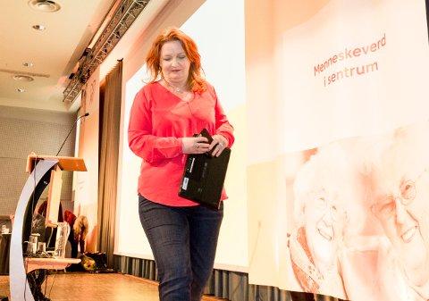 GIKK AV SCENEN: Avtroppende nestleder og leder av programkomiteen Dagrun Eriksen på vei ned fra scenen i Kristelig Folkeparti i 2017.