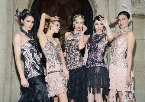 Modeller viser fram en kleskolleksjon inspirert av «The Great Gatsby» - boken og filmen som skildret festkulturen til sosieteten under de glade 1920-årene etter spanskesyken og 1. verdenskrig. En Yale-professor spår en ny epoke med «De glade 20-årene» når koronapandemien er et avsluttet kapittel.