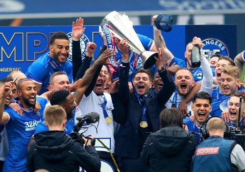 Endelig kunne Steven Gerrard og Rangers løfte serietrofeet. Foto: Andrew Milligan, AP / NTB
