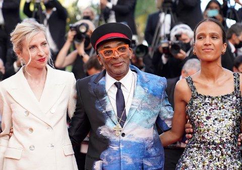 Cannes-juryens leder Spike Lee, her sammen med jurymedlemmene Jessica Hausner (til venstre) og Mati Diop før prisutdelingen lørdag. Foto: Brynn Anderson / AP / NTB
