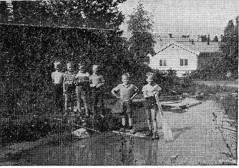 Petter, Petter, Bent, Frode, Jan og Dag forteller at her skal det bli bensinstasjon. Søledammen var vel starten på gravingen til Statoilstasjonen. Foto: Nordstrands Blad
