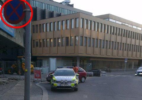 ULOVLIG: Onkel politi parkerte i sykkelfeltet og kjøpte is på kiosken, rapporterer leser Johan Horsrud.