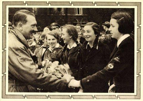 PÅ TINDER: En av verdens mange spøkefugler har i én måned hatt en profil på sjekkeappen Tinder der han har utgitt seg selv for å være den avdøde diktatoren Adolf Hitler. Utrolig nok ser det ut til at damene liker sjekkemetoden. Her er det originalen som hilser på Hitlerjugend.