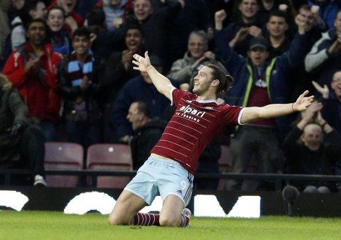 IKKE BARE HODESTERK: West Hams Andy Carroll jubler etter sin første scoring med foten siden april 2013.