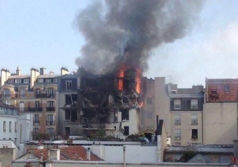 EKSPLOSJON: Det var en kraftig eksplosjon i sentrale Paris fredag formiddag. Bildet er hentet fra en av meldingene på sosiale medier som er lagt ut etter eksplosjonen. Bildet viser bygningen der det skal ha eksplodert.