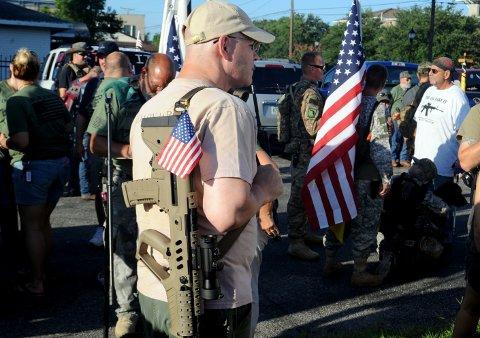 Med ladede våpen og amerikanske flagg samler folk seg for å marsjere gjennom gatene i en markering for frihet under Five-Mile Open Carry March, arrangert av Florida Gun Supply.
