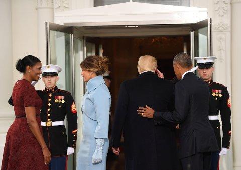 USAs president Barack obama og førstedame Michelle tar imot påtroppende president Donald Trump og hans kone Melania i Det hvite hus.