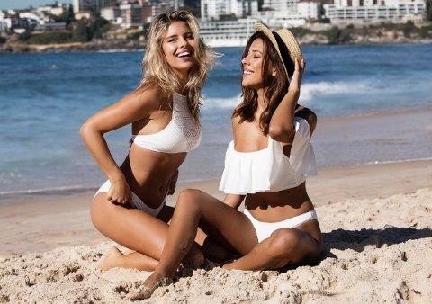 Natasha Oakley (t.v.) og Devin Brugman står bak A Bikini A Day. Her er de i egen kolleksjon for Bik Bok.