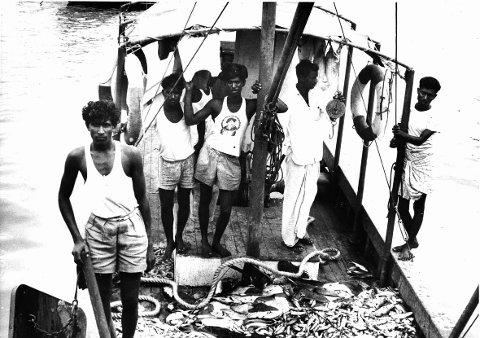 Norsk uhjelp kom i gang kort tid etter andre verdenskrig. Hjelp til India ble satt i gang i 1950-årene. Etterhvert har uhjelp, som i dag kalles bistand, vokst til en stor industri. Her fra den Den norske Indiahjelpen/Det indisk-norske fiskeriprosjektet Kerala, 1952-62. Norge ville gi fattige indiske fiskere et bedre liv ved å gi dem moderne, motoriserte fiskebåter. Det gikk ikke helt som planlagt, som mye annet i norsk utviklingshjelps 50-årige historie.