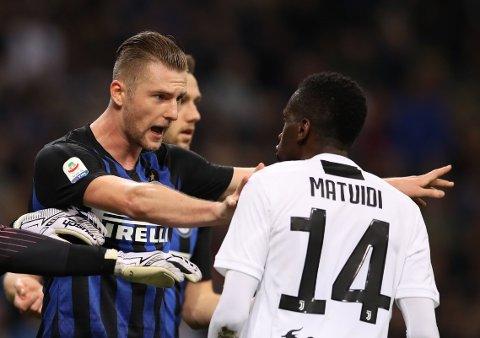 HARDE TAK: Inter-midtstopper Milan Skriniar, her i en disputt med Juventus' Blaise Matuidi, er en av mange forsvarsbautaer som vurderes i engelske storklubber.