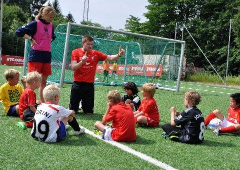 FORNØYD: Hovedtrener Phil Oliver lot seg imponere av fotballtalentene på Røa. Foto: Røa IL